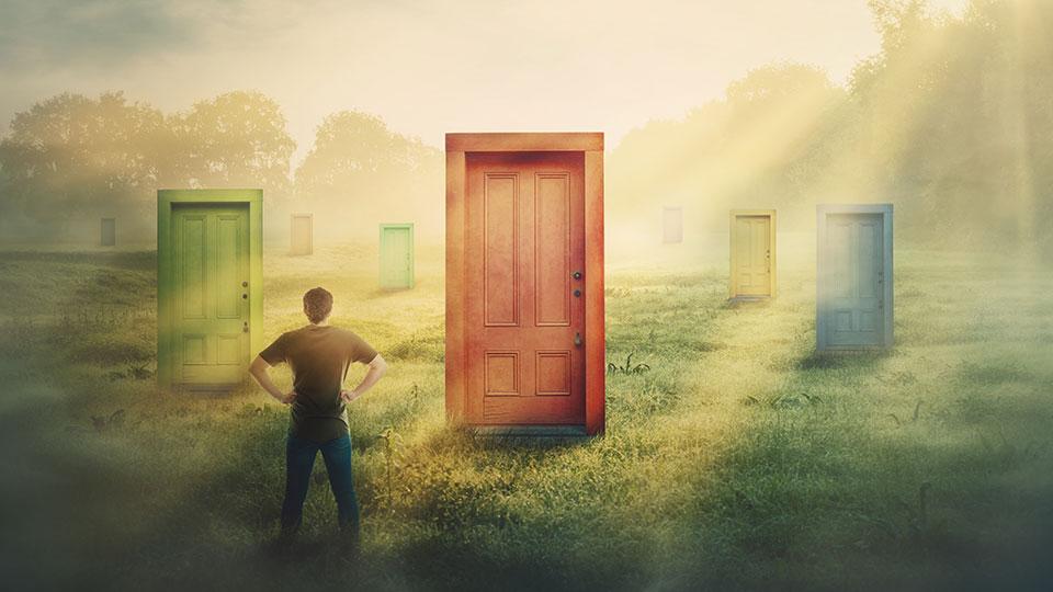 אדם עומד מול דלתות